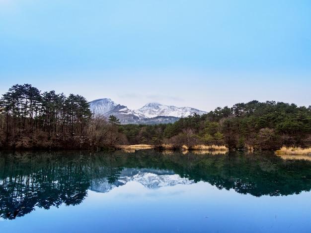 Montanha e lago em fukushima, japão