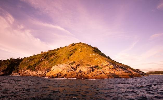 Montanha e mar ao pôr do sol