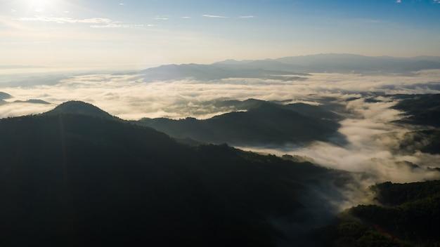 Montanha e névoa de manhã