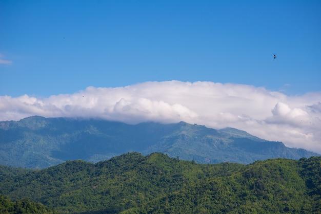 Montanha e nuvem com céu azul