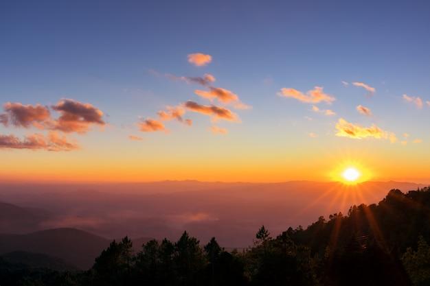 Montanha e pôr do sol