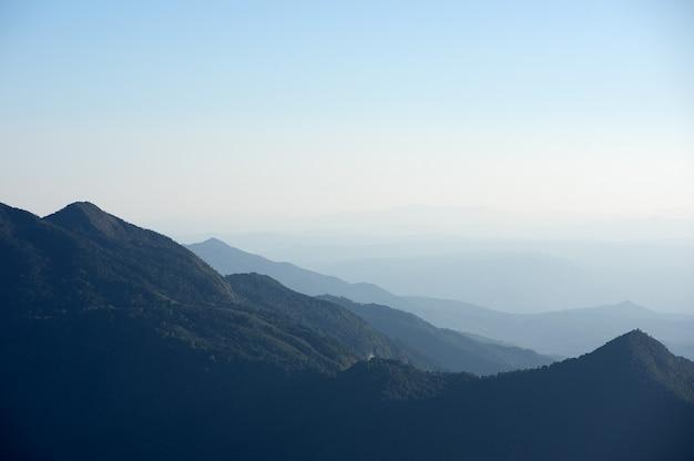 Montanha e pôr do sol.