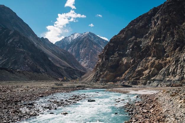 Montanha e rio e céu azul em leh ladakh, índia