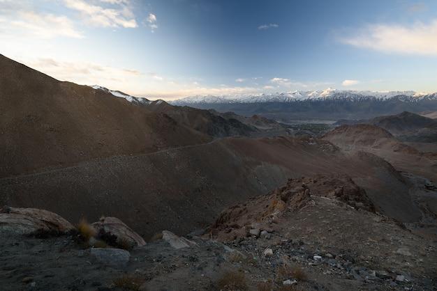 Montanha em leh ladakh com luz solar