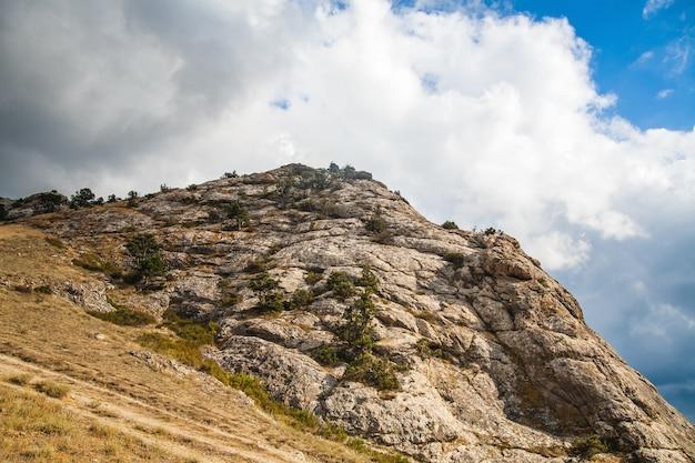 Montanha em um dia ensolarado de verão e nuvens.