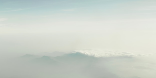Montanha entre nuvens