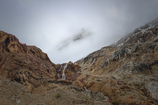 Montanha exótica sob as belas nuvens