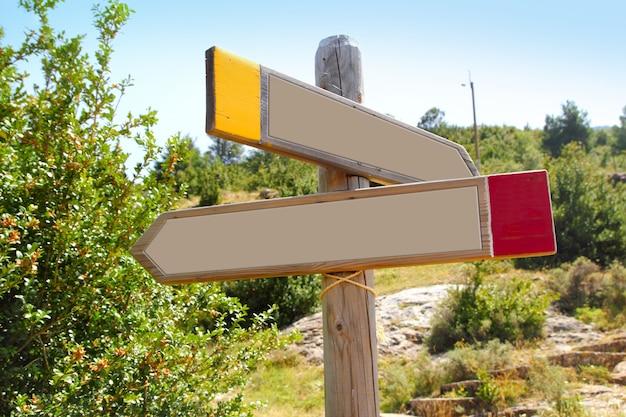 Montanha exterior do sinal de tráfego de madeira do copyspace