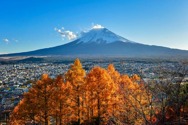 Montanha fuji em cores de outono outono