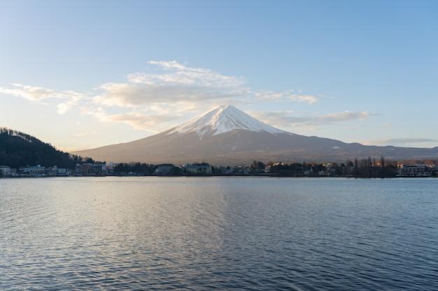 Montanha fujisan com lago em kawaguchiko, japão.