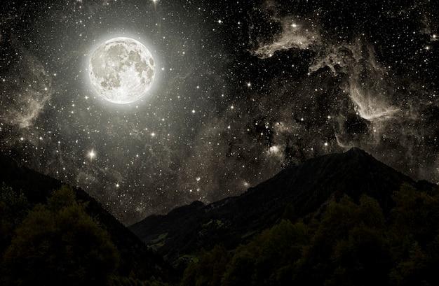 Montanha. fundos céu noturno com estrelas, lua e nuvens. elementos desta imagem fornecidos pela nasa