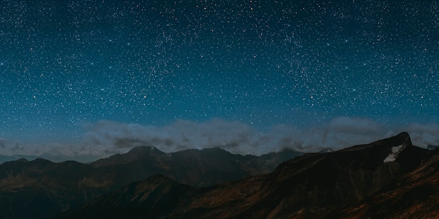 Montanha. fundos céu noturno com estrelas, lua e nuvens.