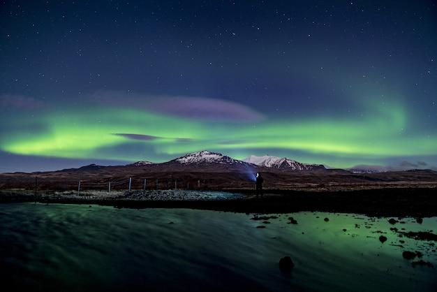 Montanha glaciar com luz aurora
