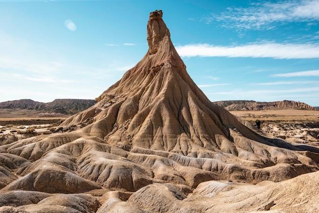 Montanha incrível na paisagem desértica de bardenas reales navarra em um dia ensolarado de verão