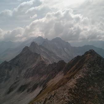 Montanha marrom e cinza