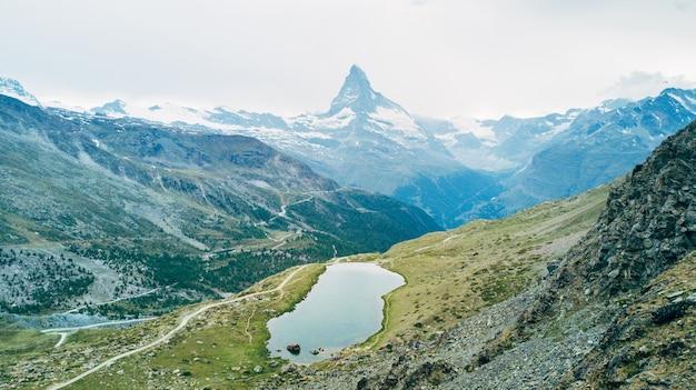 Montanha matterhorn com neve branca e céu azul na cidade de zermatt, na suíça