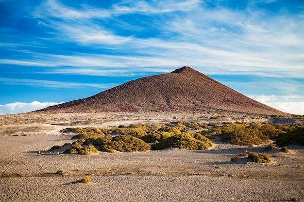 Montanha montana roja na praia de playa el medano, tenerife, ilhas canárias, espanha