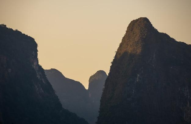 Montanha na água na barragem de ratchaprapha, guilin, tailândia