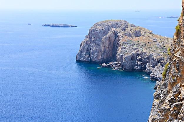 Montanha na baía de lindos, ilha de rodes, grécia