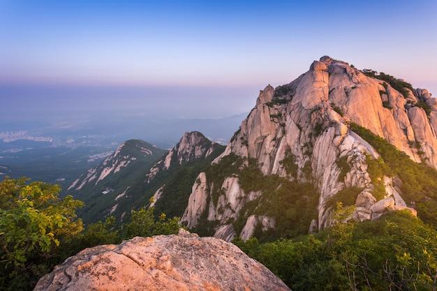 Montanha na coreia ao nascer do sol localizada em gyeonggi-do seul