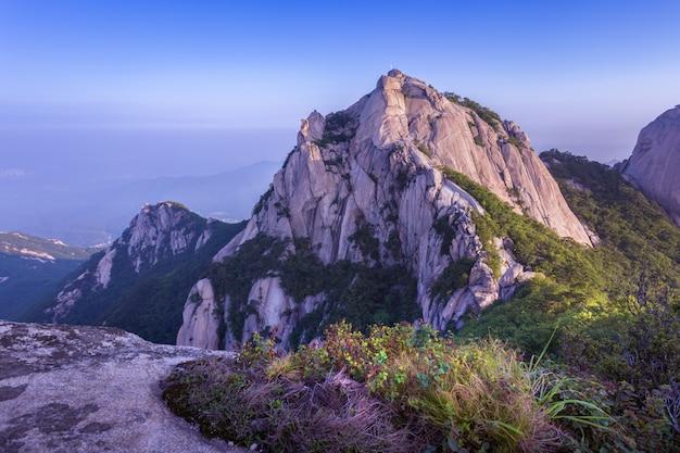 Montanha na coréia, ao nascer do sol, localizado no gyeonggido seul, coréia do sul. o nome da montanha 'bukhansan'