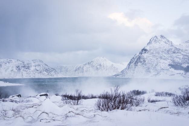 Montanha nevoenta na natureza nórdica do norte