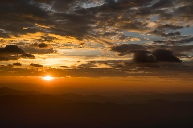 Montanha o pôr do sol.
