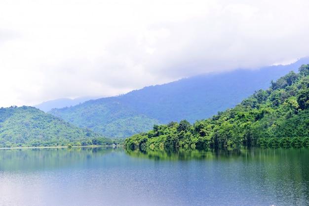 Montanha, paisagem de colinas e lago no campo