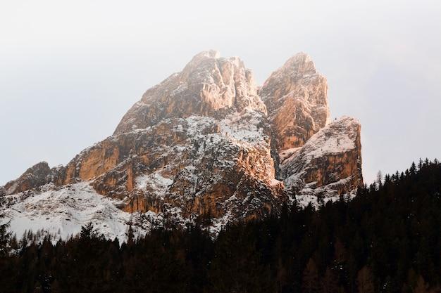 Montanha revestida de neve maciça marrom na paisagem