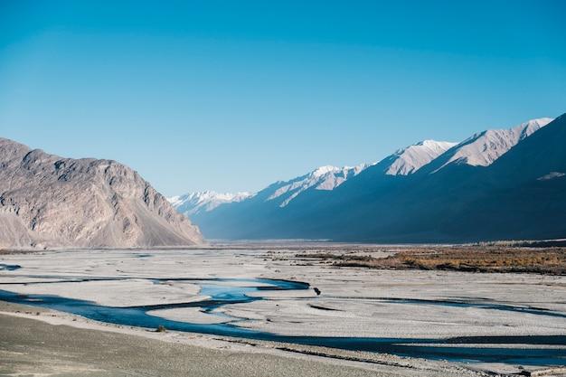 Montanha, rio e céu azul em leh ladakh, na índia