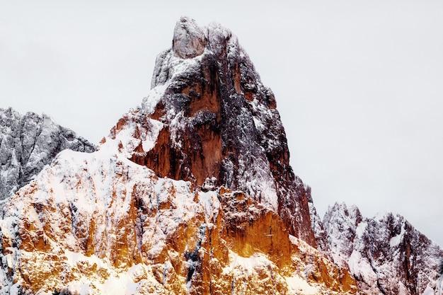 Montanha rochosa coberta de neve