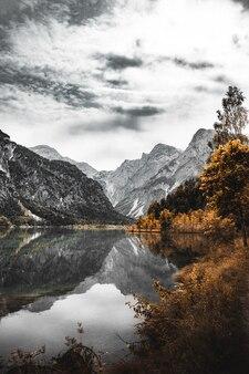 Montanha rochosa com lago