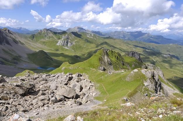 Montanha rochosa e verde