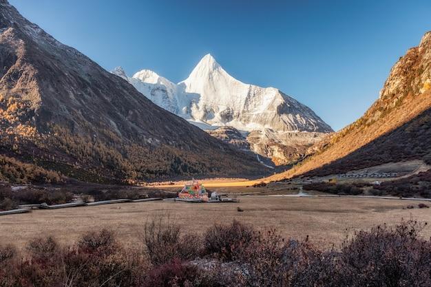 Montanha sagrada de yangmaiyong no vale do outono no pico na reserva natural de yading