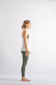 Montanha (samasthiti) postura de yoga (asana)