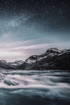 Montanha sob o céu estrelado