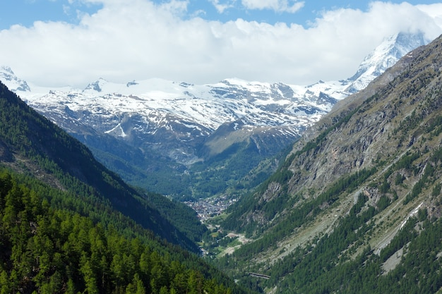 Montanha summer matterhorn e vista da vila de zermatt (alpes, suíça)