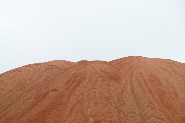 Montanhas amarelas escuras de depósitos de sal