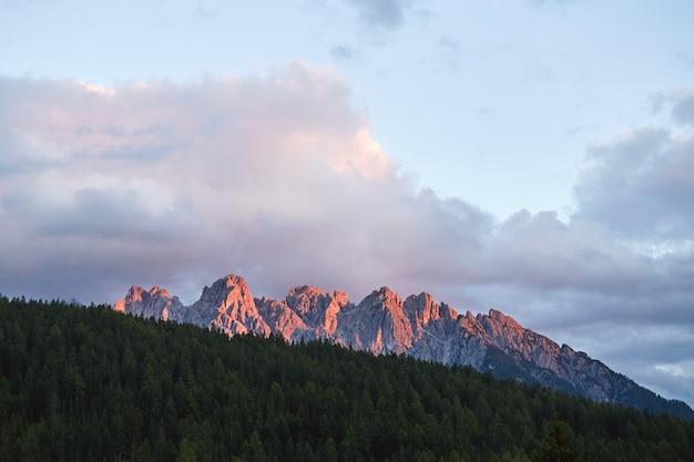 Montanhas ao pôr do sol em toblach
