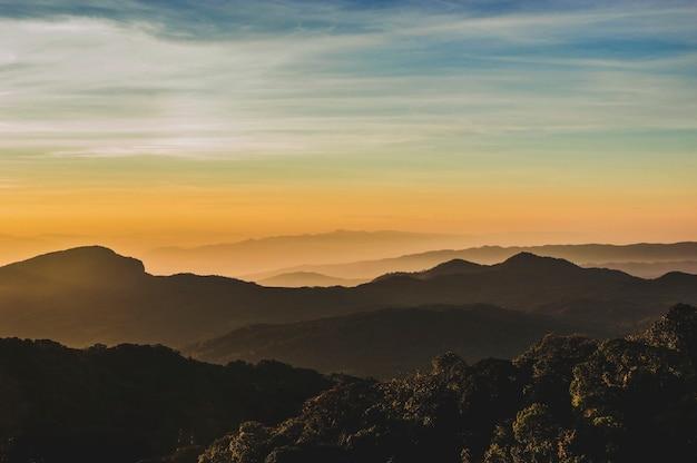 Montanhas ao pôr do sol