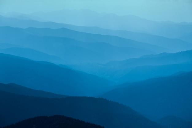 Montanhas azuis na ucrânia cárpatos