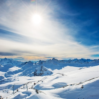 Montanhas azuis nevadas nas nuvens. estação de esqui de inverno