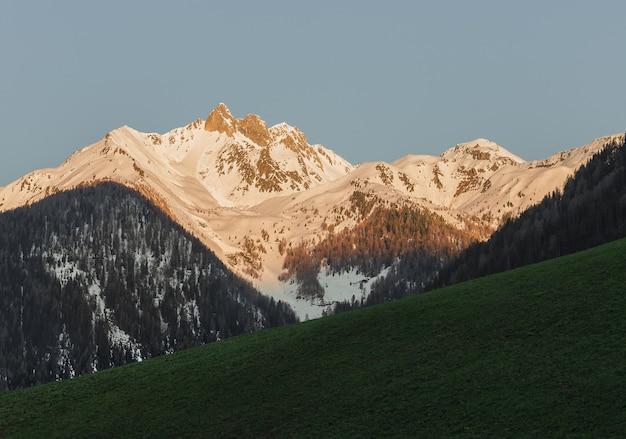 Montanhas brancas e cinzentas