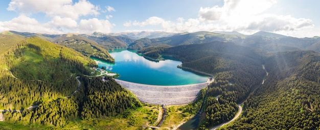 Montanhas bucegi e lago na roménia