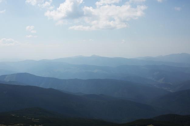 Montanhas carpathian. paisagem com silhuetas de montanhas