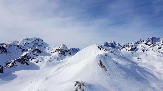 Montanhas cobertas de neve com o céu