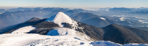 Montanhas cobertas de neve de inverno. paisagem ártica. cena colorida ao ar livre, foto processada da postagem do estilo artístico.