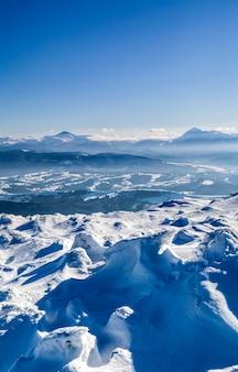 Montanhas cobertas de neve do inverno. paisagem do ártico.