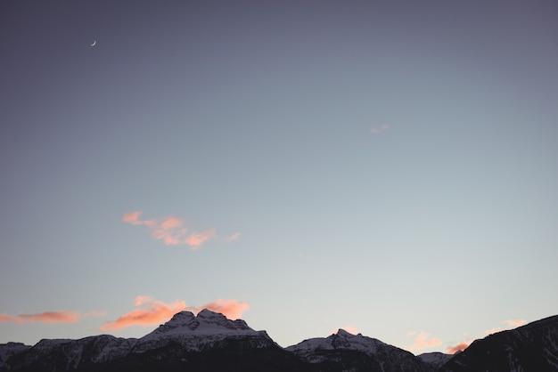 Montanhas cobertas de neve durante o inverno