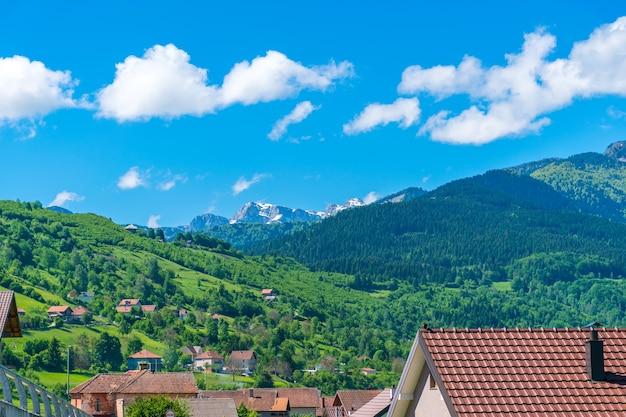 Montanhas cobertas de neve estão localizadas perto da aldeia